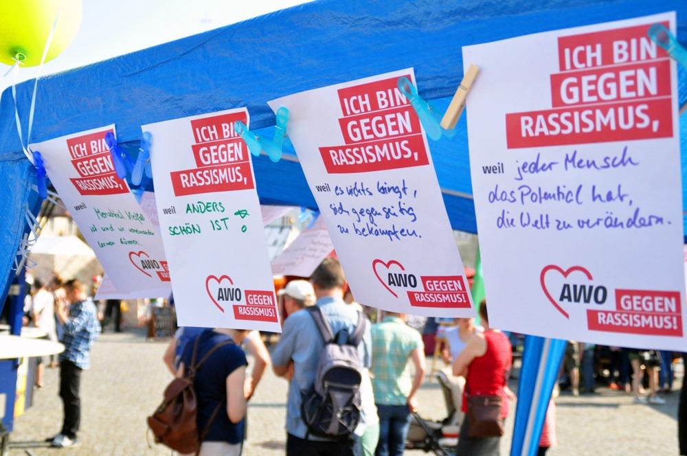 """3 Blätter """"ich bin gegen Rassismus, weil..."""" flattern im Wind"""