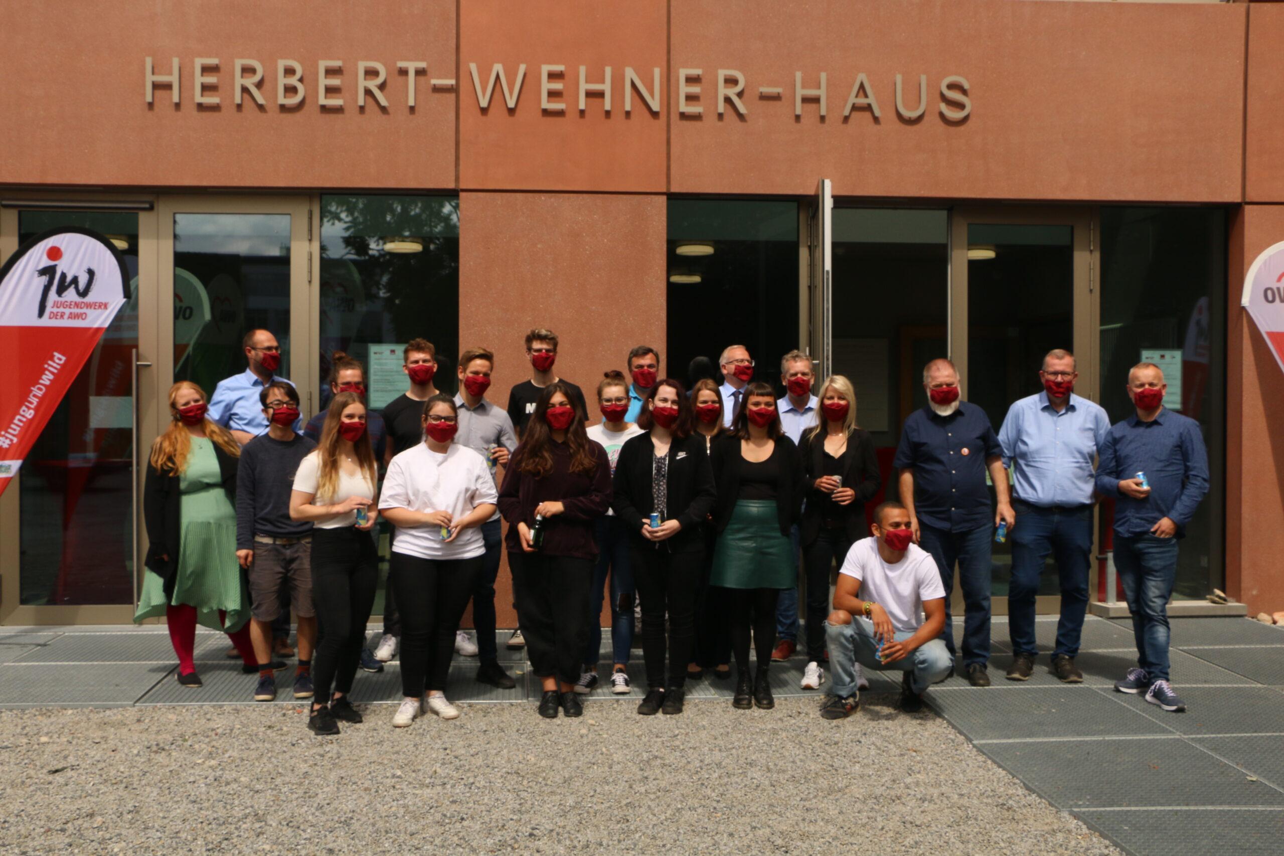 Gründungsmitglieder des Jugendwerks vor dem Herbert-Wehner-Haus
