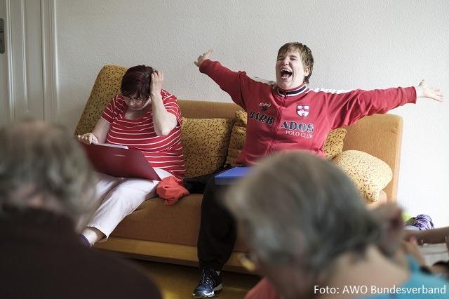 Ein Junge mit Behinderung breitet die Arme aus und freut sich