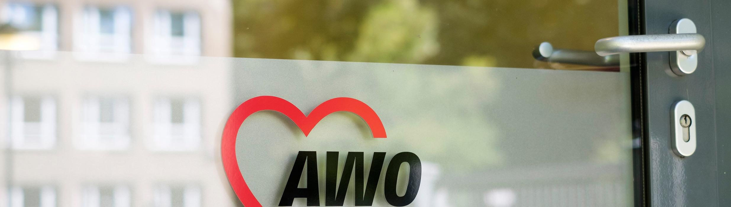 Eingangstür einer AWO-Einrichtung mit AWO Logo