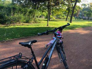 Ein Fahrrad steht im Alaunpark Dresden