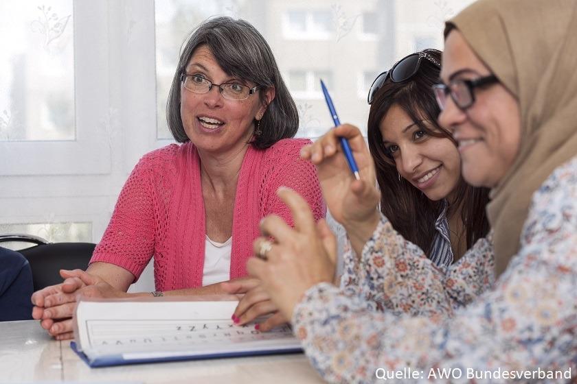 3 Frauen sitzen am Tisch und unterhalten sich