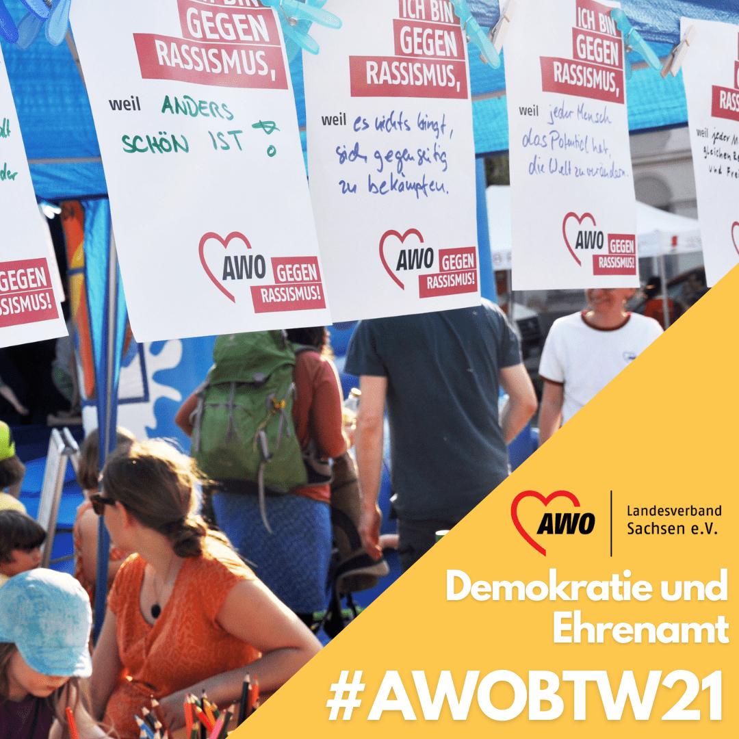 """A4 Plakate mit Sprüchen !Ich bin gegen Rassismus weil..."""" flattern im Wind auf einem AWO-Stand"""