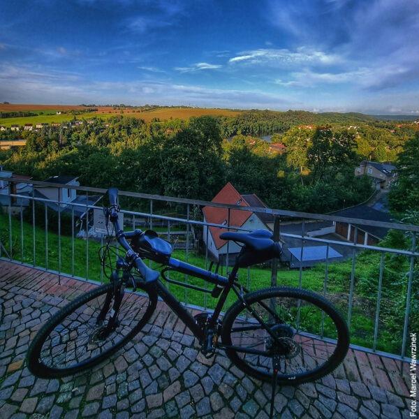 Fahrrad auf Terrasse vor schöner Landschaft
