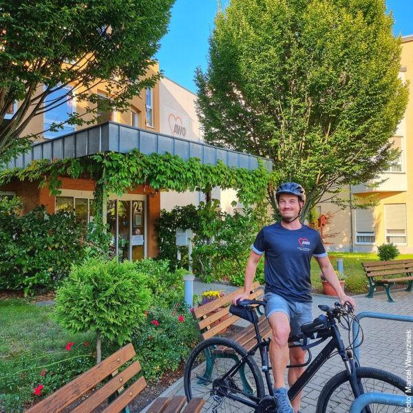 Mann mit Fahrrad vor AWO Einrichtung