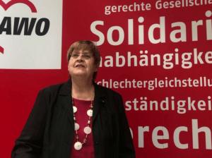 Margit Weihnert vor der AWO Messewand