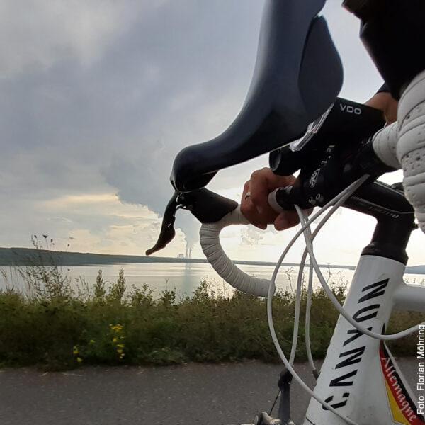 Blick über den Fahrradlenker auf den See