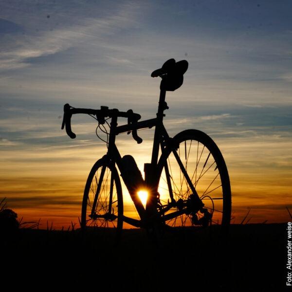 Fahrrad vor untergehenden Sonne