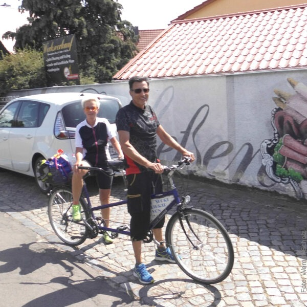 zwei Fahrradfahrer in der Sonne