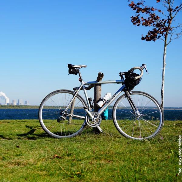 Fahrrad in der Sonne vorm Bärwalder See