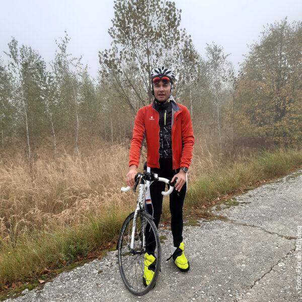 Mit dem Fahrrad im Herbstwald unterwegs