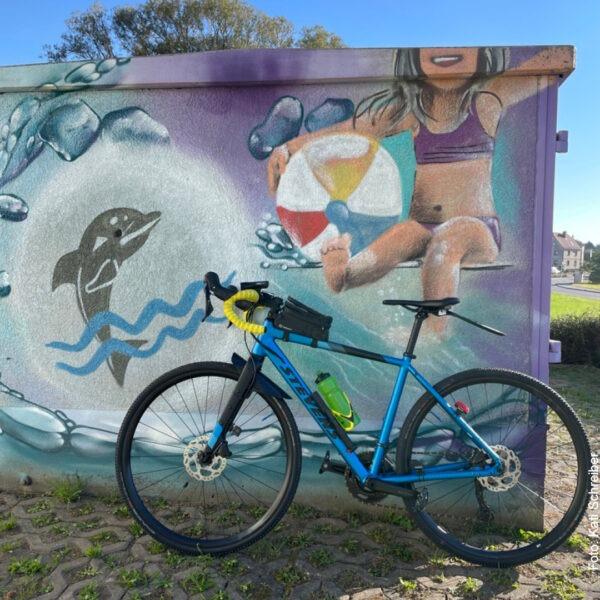 Fahrrad vor buntem Graffiti